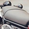 Мотоциклет Yamaha SCR950 2019 - равна седалка с наведена напред позиция на ездача и възможност за плъзгане напред и назад