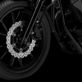 Мотоциклет Yamaha XV950R - лети джанти с 12 спици, с вълнообразни 298-милиметрови спирачни дискове и ABS