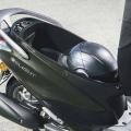 Скутер Yamaha Delight 125 - щедрото багажно отделение под седалката побира и шлема, и покупките ви