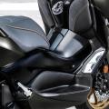 Yamaha XMAX 300 Tech Max - специална двойна седалка и алуминиеви степенки